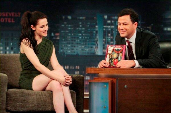 Kristen Stewart sur un plateau télé.
