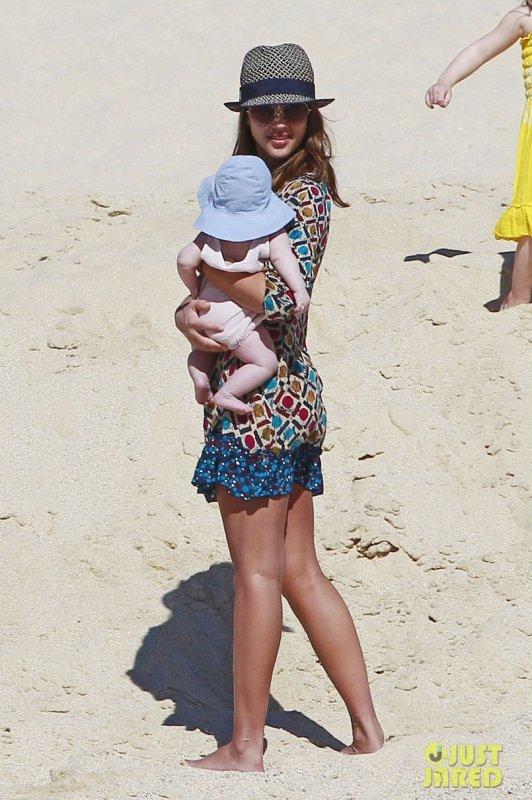 Jessica Alba à la plage avec ses filles. Cabo San Lucas, Mexico