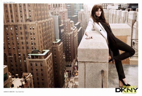 Ashley Greene pose pour DKNY.