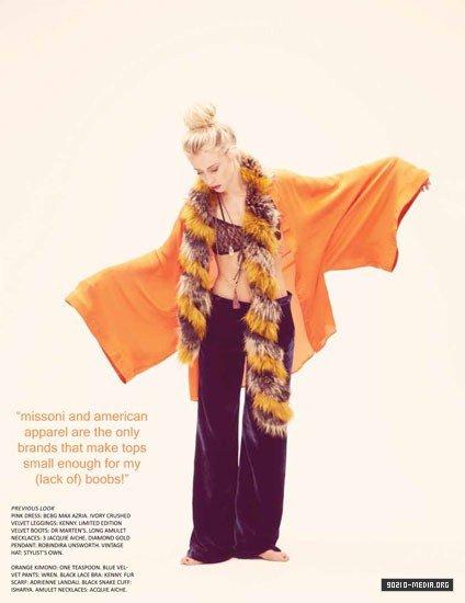 Gillian Zinser pose pour Zooey Magazine.