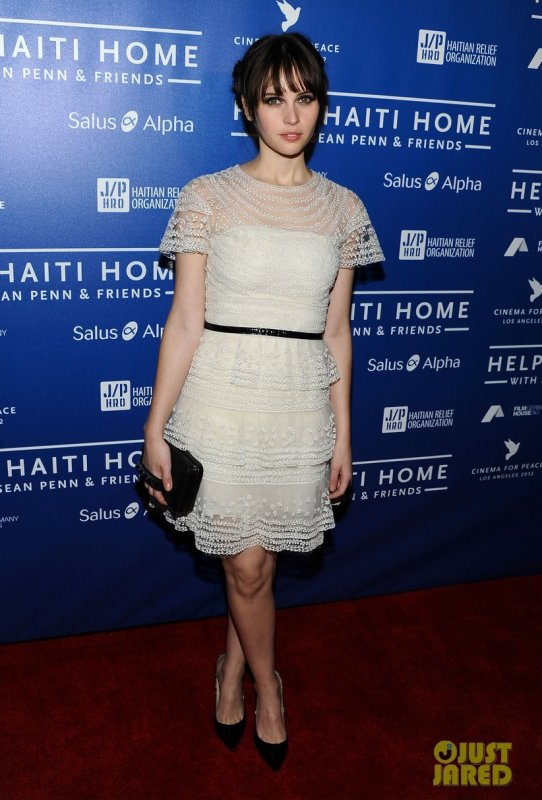 Felicity Jones à un évènement à Beverly Hills. Cinema For Peace event benefitting J/P Haitian Relief Organization