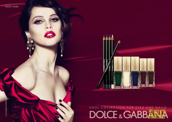 Felicity Jones pose pour Dolce & Gabbana.