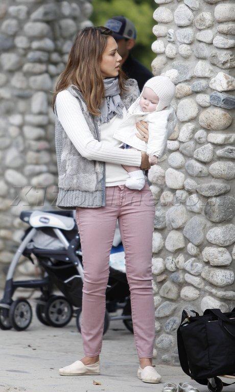 Jessica Alba au parc avec ses filles.