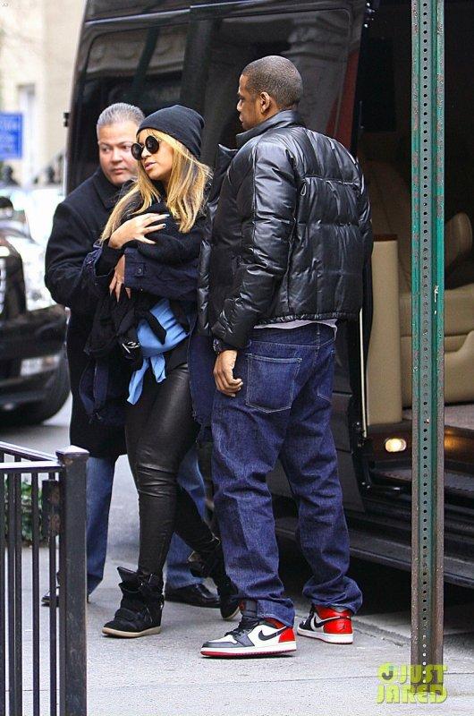Beyonce et Jay Z sortent déjeuner avec leur petite Blue Ivy. New York