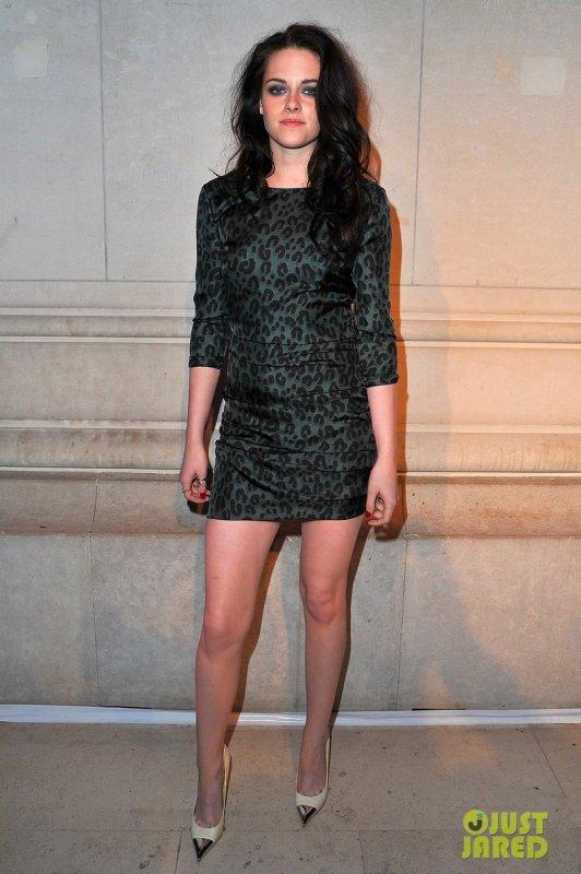 Kristen Stewart au photocall pour l'exposition Marc Jacobs. Paris