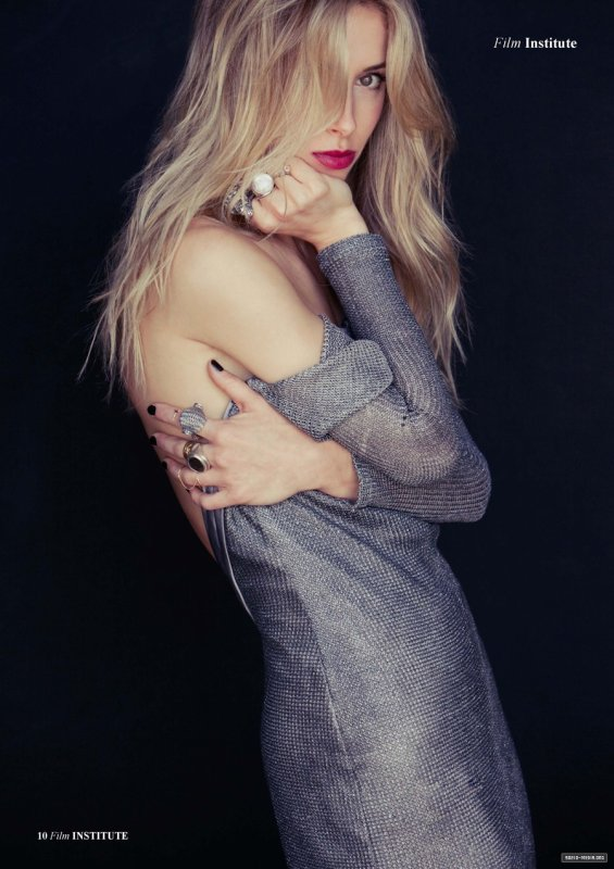 Gillian Zinser pose pour Institute Magazine.