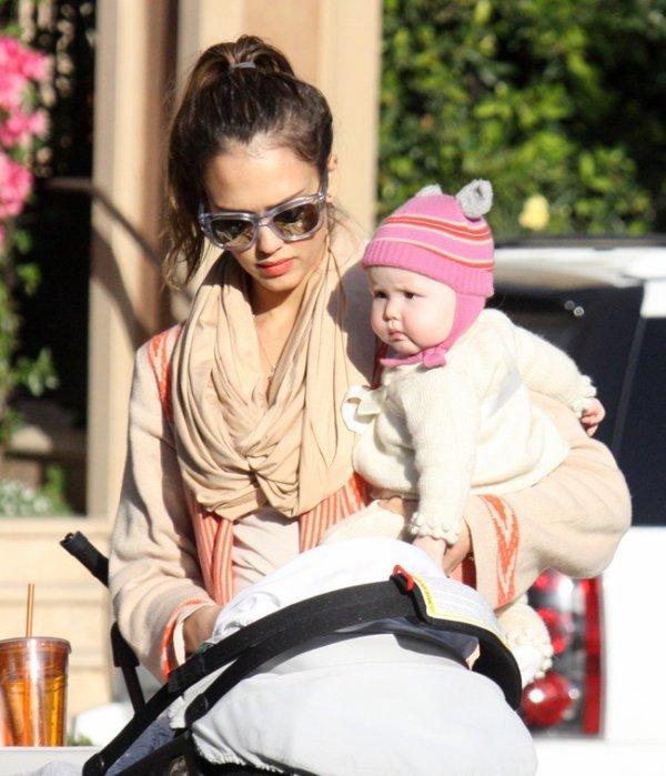 Jessica Alba au parc avec sa fille.