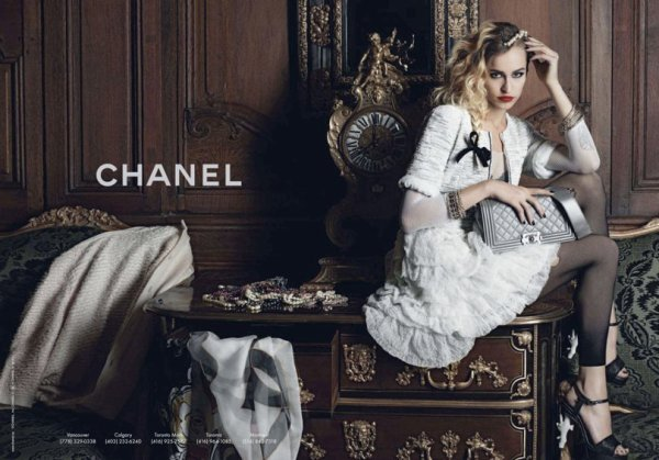 Alice Dellal pose pour Chanel