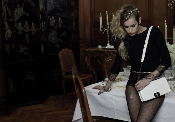 Alice Dellal pose pour les sacs de la collection Boy Chanel