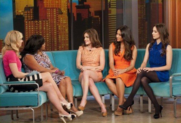 Les actrices de Pretty Little Liars sur un plateau télé.