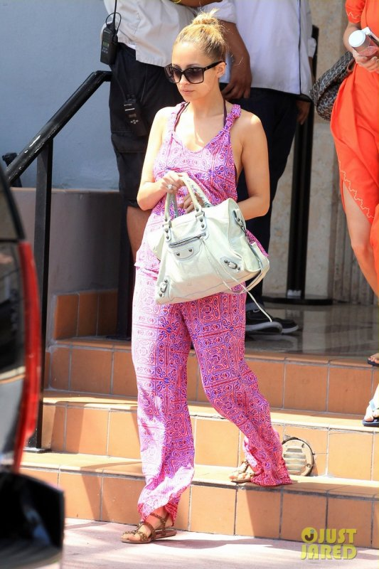 Nicole Richie va à la piscine de son hôtel. Miami