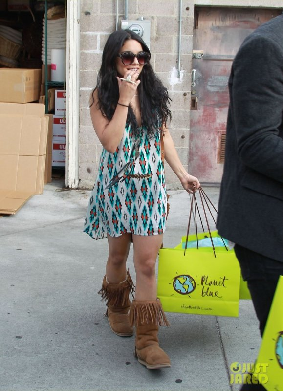 Vanessa Hudgens fait du shopping. Los Angeles