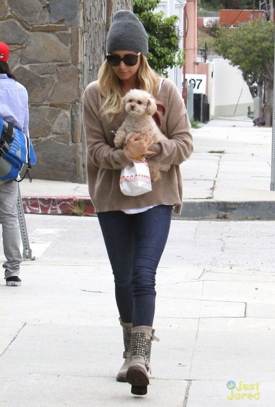 Ashley Tisdale de sortie. Californie