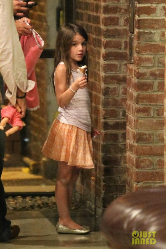 Suri Cruise mange une glace. New York
