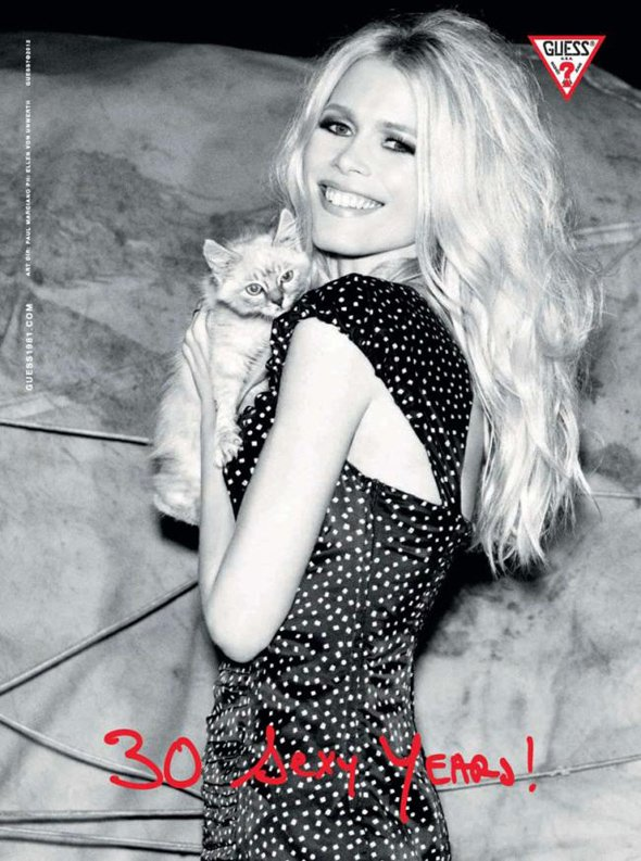 Claudia Schiffer pose pour Guess.