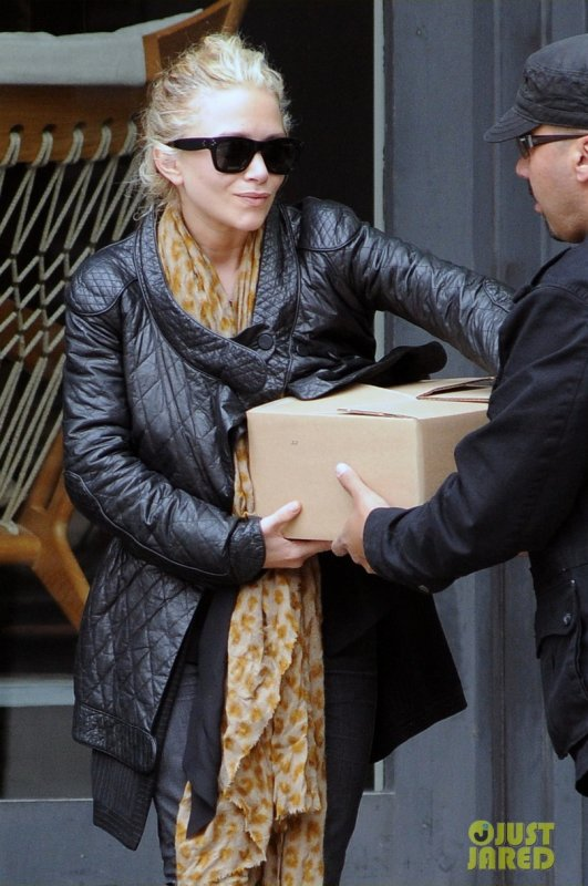 Mary Kate Olsen sort d'une boutique. New York