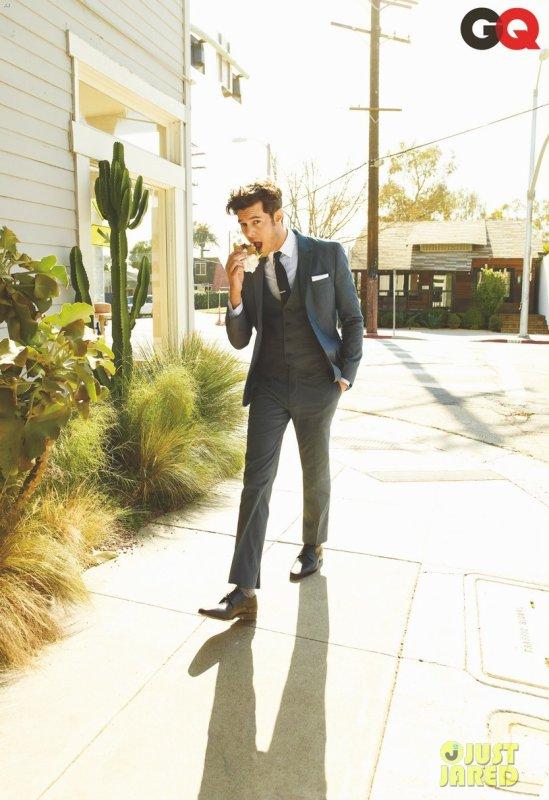 Adam Brody pose pour GQ.