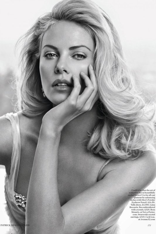 Charlize Theron pose pour Vogue.