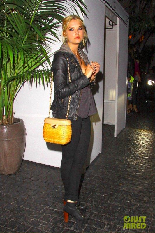 Ashley Benson quitte le Chateau Marmont. Los Angeles
