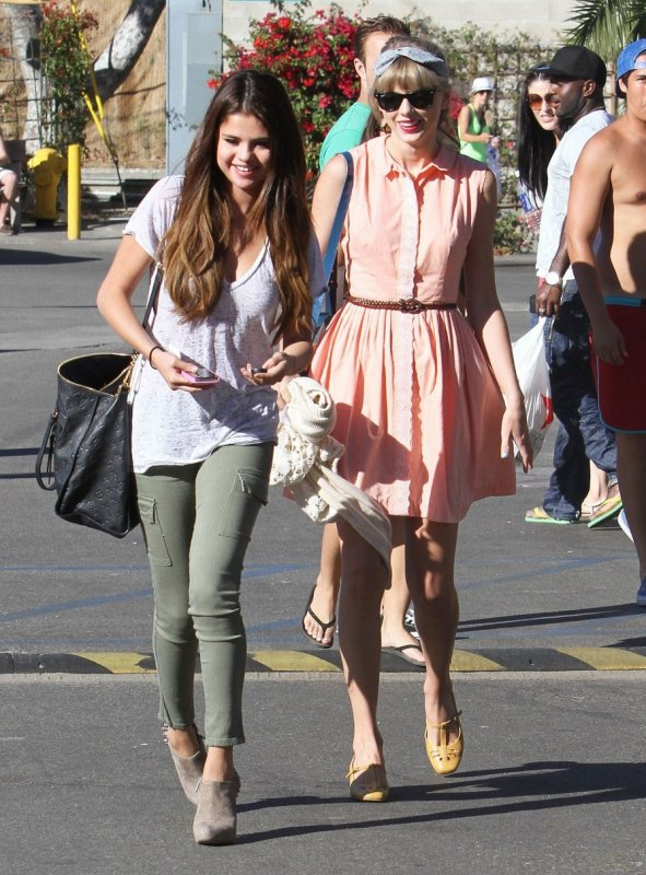 Selena Gomez et Taylor Swift sortent déjeuner.