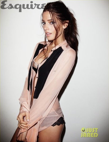 Ashley Greene pose pour Esquire.