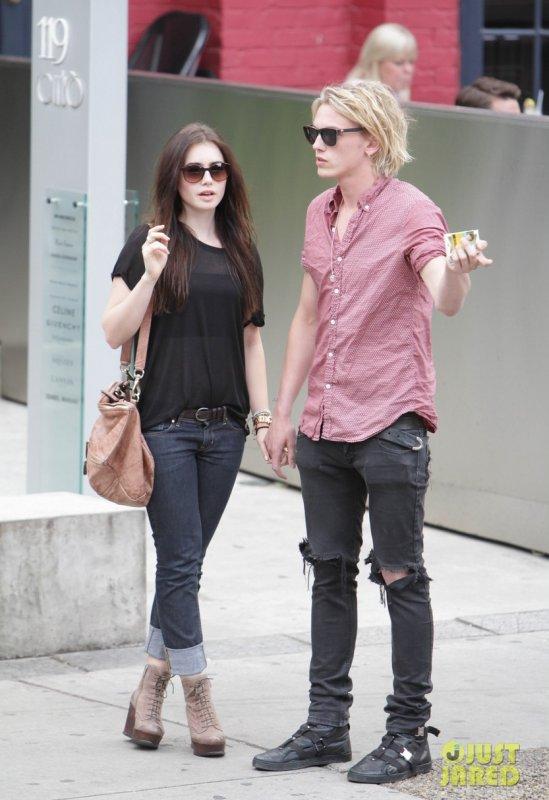 Lily Collins de sortie avec son boyfriend. Toronto, Canada