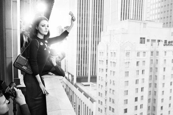 Mila Kunis pose pour Dior.