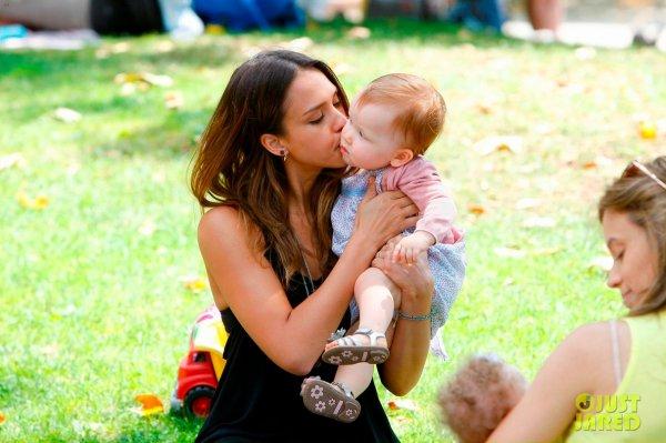 Jessica Alba au parc avec ses enfants. Beverly Hills