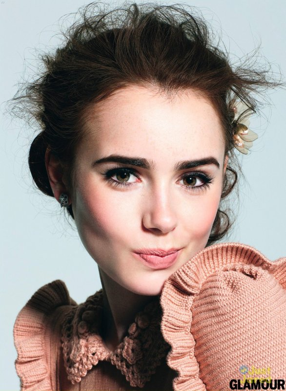 Lily Collins pose pour Glamour.