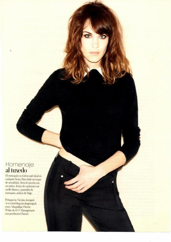 Alexa Chung pose pour Vogue.