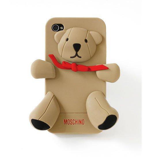 La coque iPhone de Moschino source : Vogue.fr