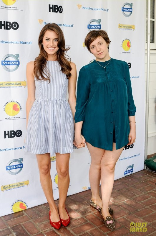 Allison Williams et Lena Dunham à un évènement. LA Loves Alex's Lemonade Charity Event