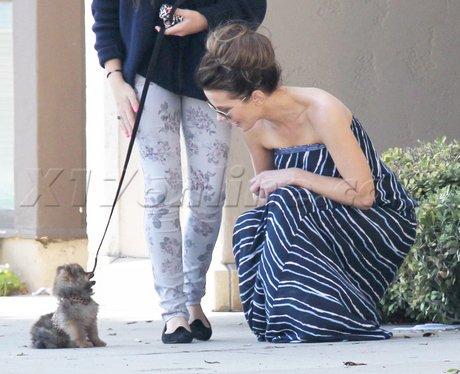 Kate Beckinsale promène son chien avec sa fille.