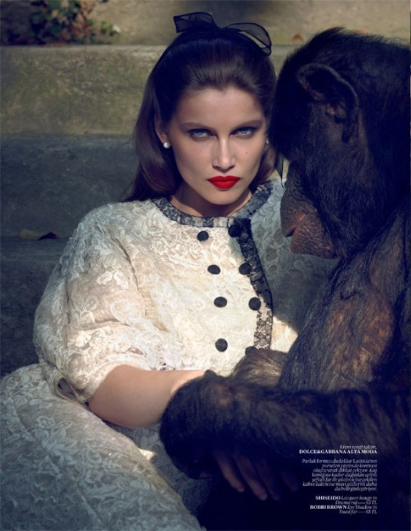 Laetitia Casta pose pour Vogue.
