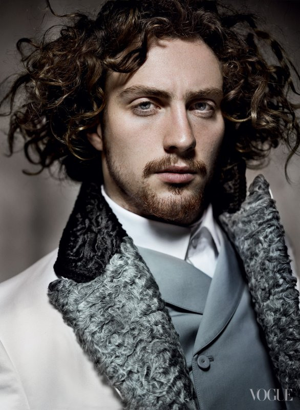 Aaron Taylor-Johnson pose pour Vogue.