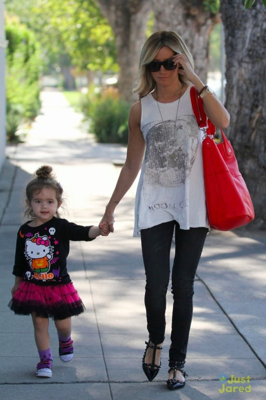 Ashley Tisdale de sortie. Los Angeles
