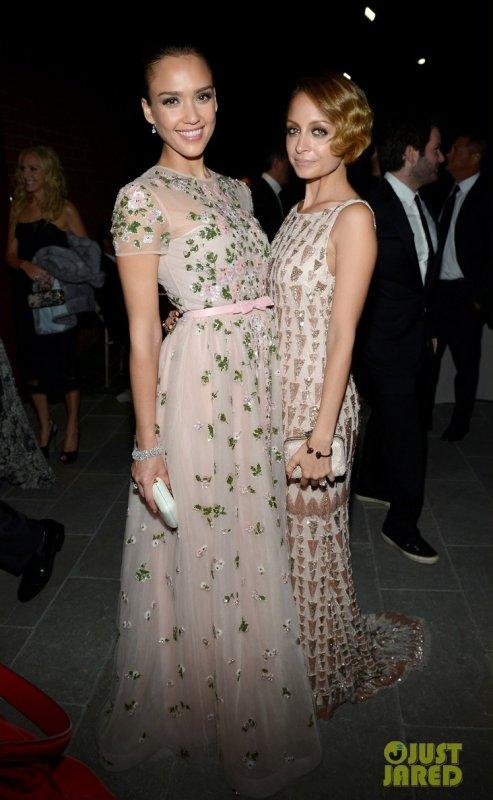 Jessica Alba et Nicole Richie à un évènement. Baby2Baby Gala