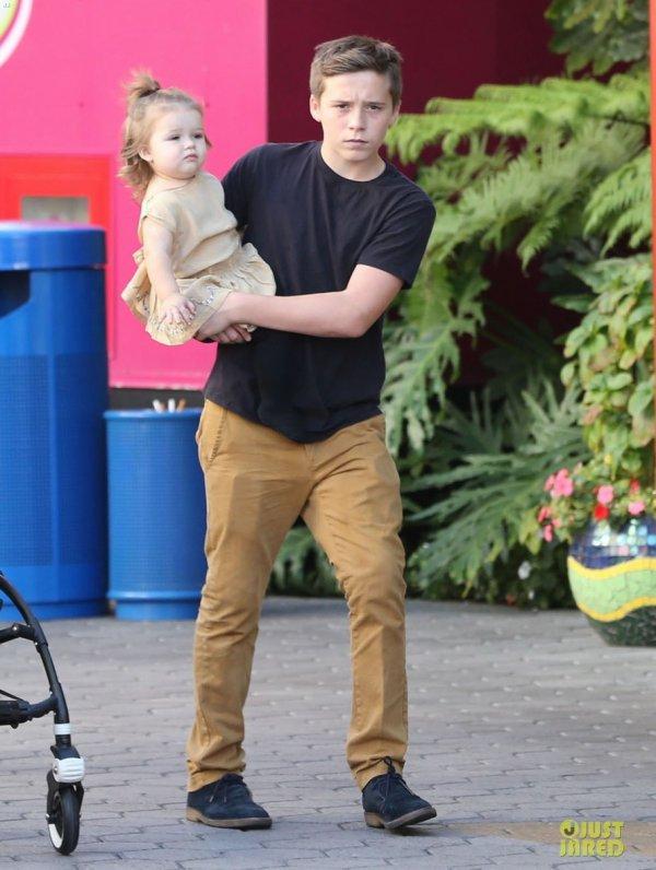 Victoria Beckham de sortie avec ses enfants. Universal City, Californie
