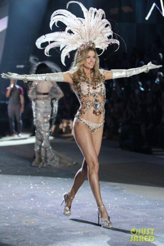 Victoria's Secret Fashion Show 2012  Candice Swanepoel & Doutzen Kroes