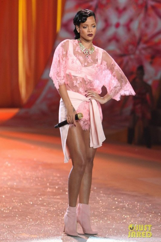 Victoria's Secret Fashion Show 2012  Rihanna en live