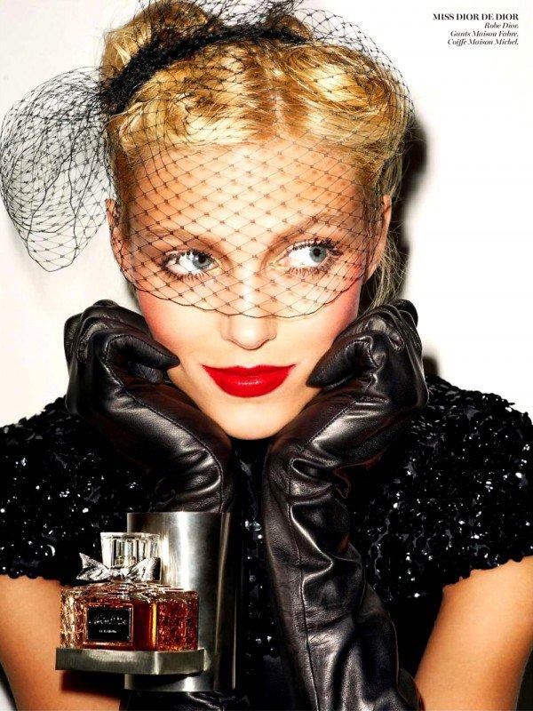 Anja Rubik pose pour Vogue.
