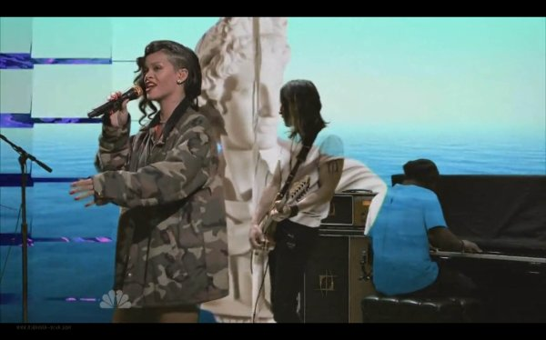 Rihanna en live sur le plateau de SNL.