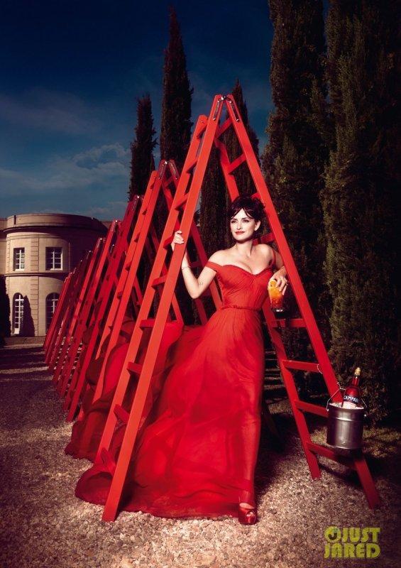 Penelope Cruz pose pour le calendrier Campari.