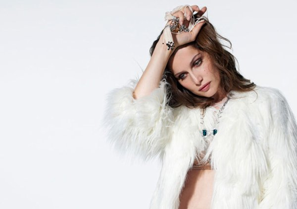 Laetitia Casta pose pour The Sunday Times Style.