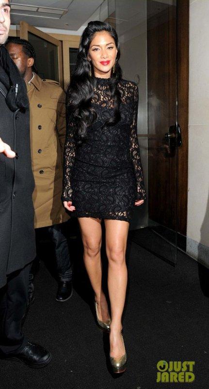 Nicole Scherzinger sort d'un restaurant. Londres