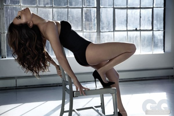 Eva Longoria pose pour GQ.