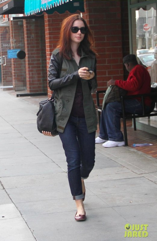 Lily Collins fait du shopping. Beverly Hills