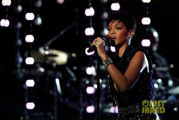 Rihanna en live sur le plateau d'X Factor.