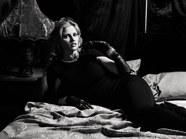 Lara Stone pose pour Vogue.