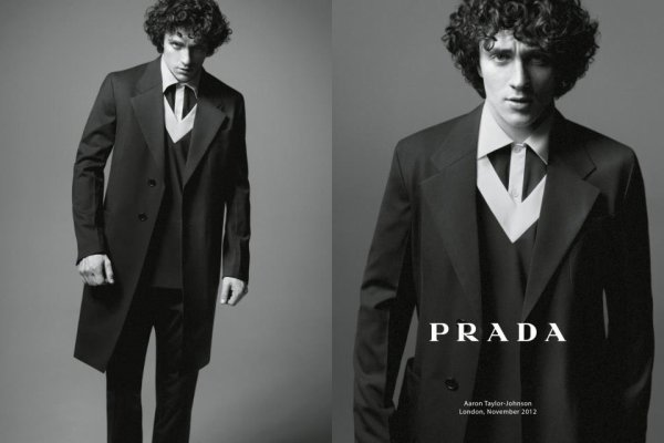 Aaron Taylor Johnson pose pour Prada.